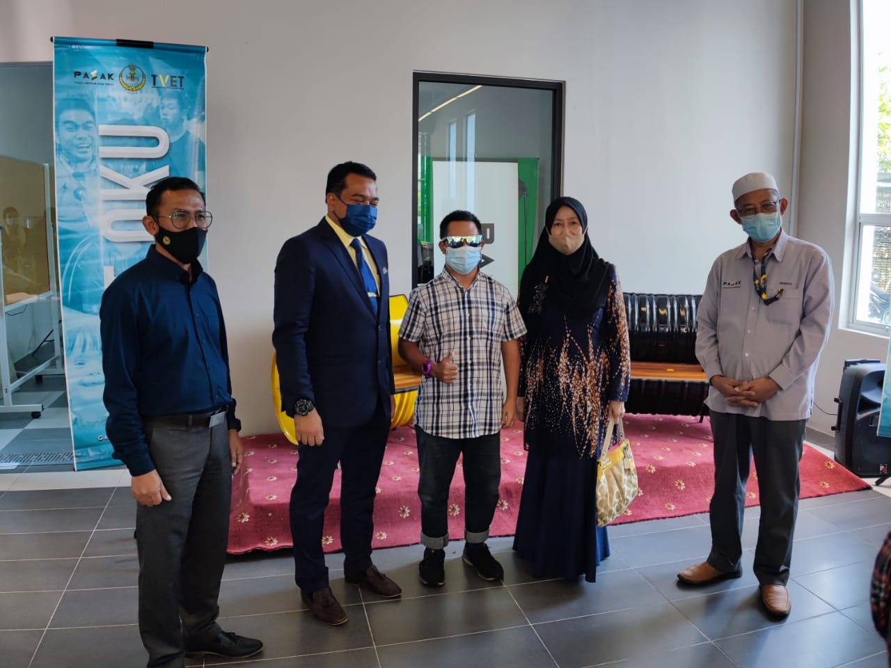 Majlis penyerahan sijil & tools kit kepada peserta di bawah Program TVET OKU oleh YB Encik Ahmad Saidi bin Mohamad Daud